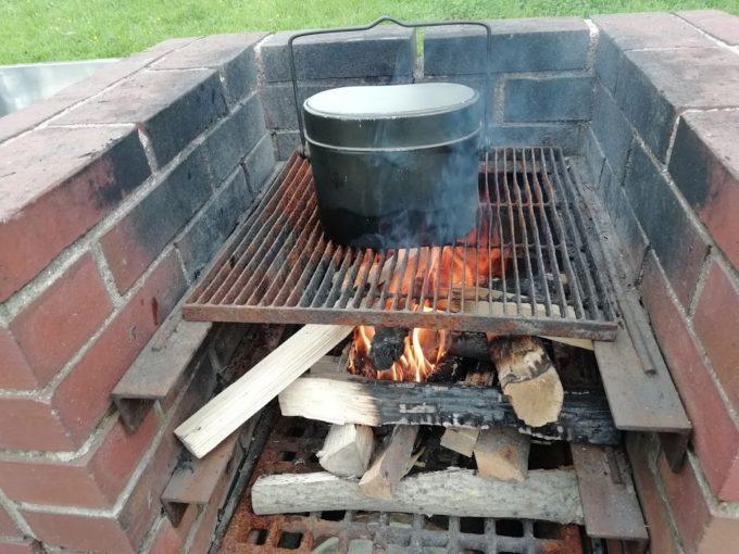 焚き火に火を送る
